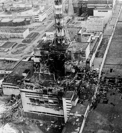 Разрушение носило взрывной характер, реактор был полностью разрушен, а в окружающую среду выброшено большое количество радиоактивных веществ. Авария расценивается как крупнейшая в своём роде за всю историю атомной энергетики, как по предполагаемому количеству погибших и пострадавших от её последствий людей, так и по экономическому ущербу. Фото: www.pinterest.com