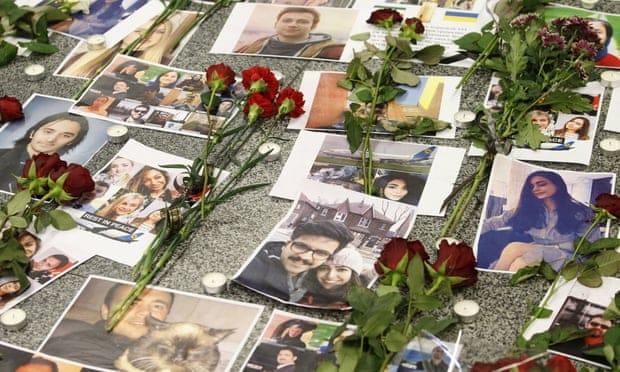 """Цветы в память о погибших пассажирах и членах экипажа рейса 752 в аэропорту """"Борисполь""""."""