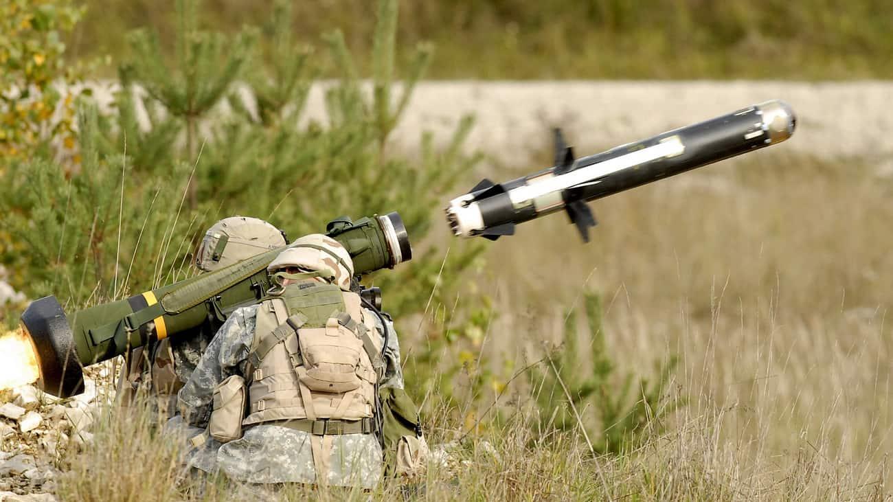 «Джавелин» (/ˈdʒævlɪn/, чит. «Джэ́влин»,[3] от англ. Javelin — «метательное копьё, дротик»; общевойсковой индекс — FGM-148) — американский переносной противотанковый ракетный комплекс (ПТРК). Предназначен для поражения бронетехники и низколетящих малоскоростных целей