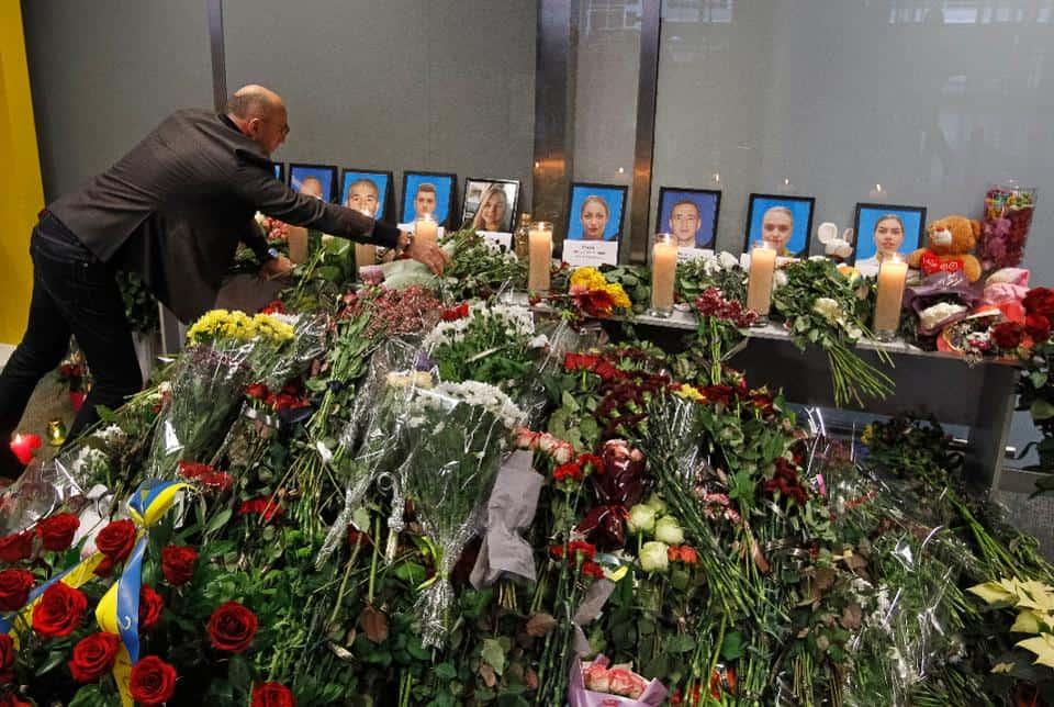 Президент авиакомпании МАУ Евгений Дыхне кладет цветы к портретам погибших членов экипажа рейса PS752 в аэропорту Борисполь.