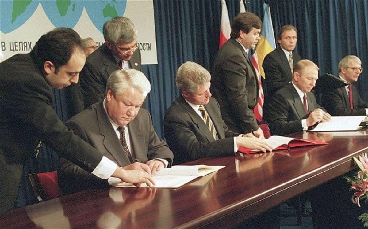 5 декабря 1994 года Великобритания, Россия, США и Украина подписали Будапештский меморандум. Этот документ предусматривал гарантии территориальной целостности Украины в обмен на отказ от ядерного вооружения.