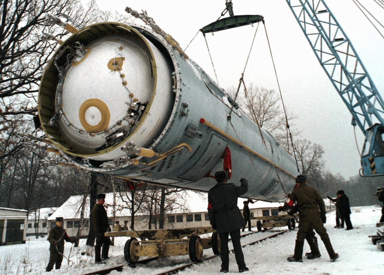 Демонтаж пускового контейнера ракеты СС-24 шахтного базирования в 46-й ракетной дивизии в Первомайске Николаевской области, Украина.