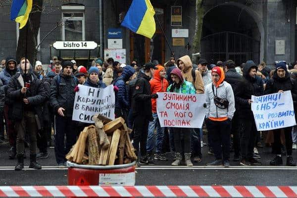 Демонстраторы митингуют против коррупции в банковской системе в столице Украины Киеве.