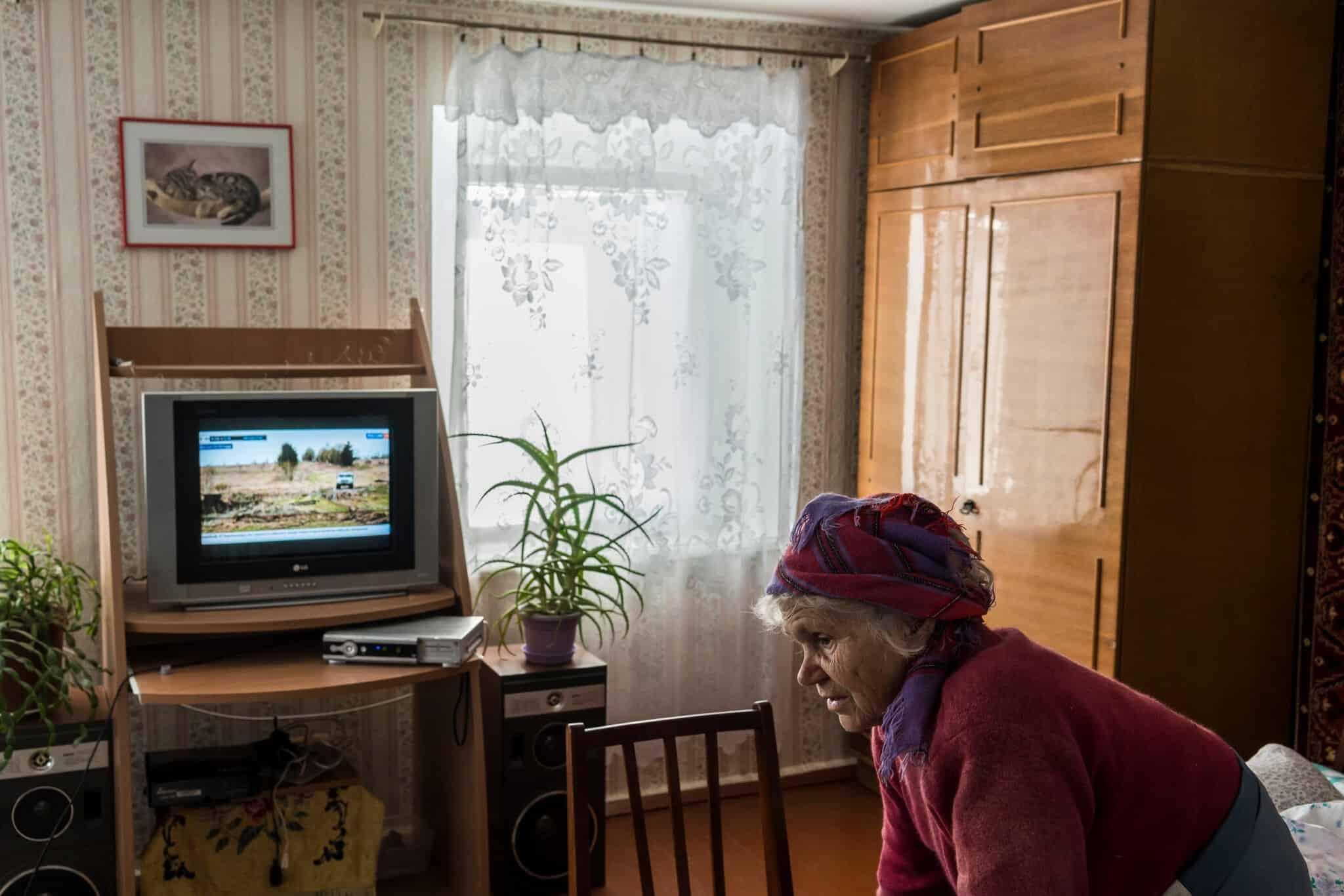Наталья Лада смотрит российское телевидение.