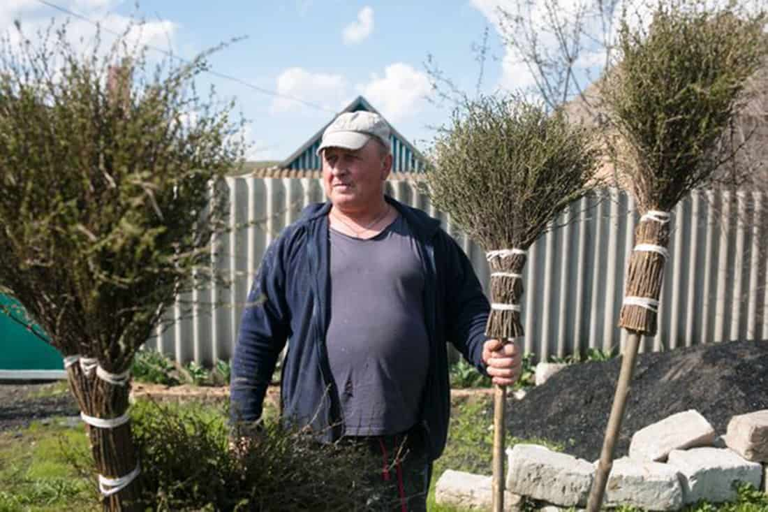 Иван Баластров продает метлы в Зайцеве, менее чем в 10 милях от линии фронта.