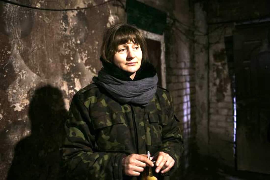 Татьяна Григорьевна, военный повар, говорит, что часто слышит обстрелы, пока готовит еду.