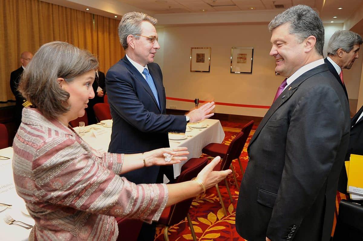 Виктория Нуланд, Джеффри Пайаттом и Петр Порошенко. 2014 год., Киев.